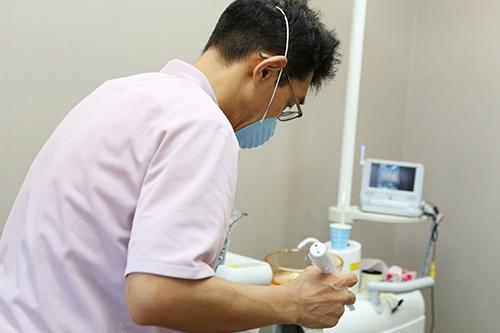 顕微鏡でお口の菌の状態を調べて薬で治療